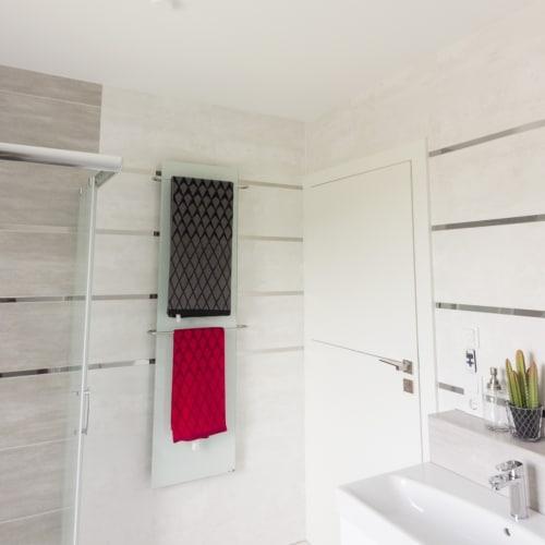 Die Infrarotheizung in einem Badezimmer geeignet als Handtuchhalter