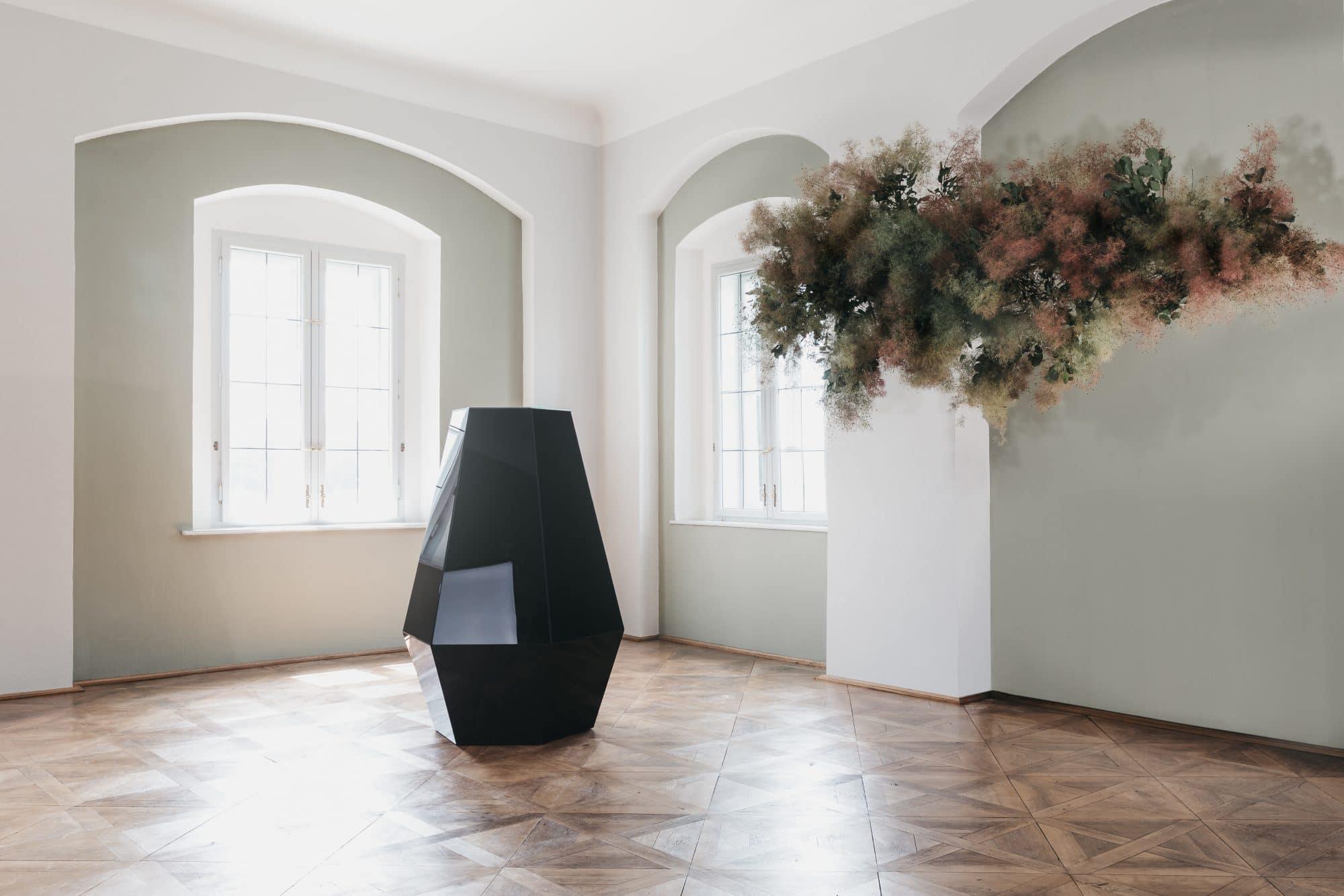 Der schwarze Diamant mit einer Blumenwolke in einem prunkvollen Schlossraum.