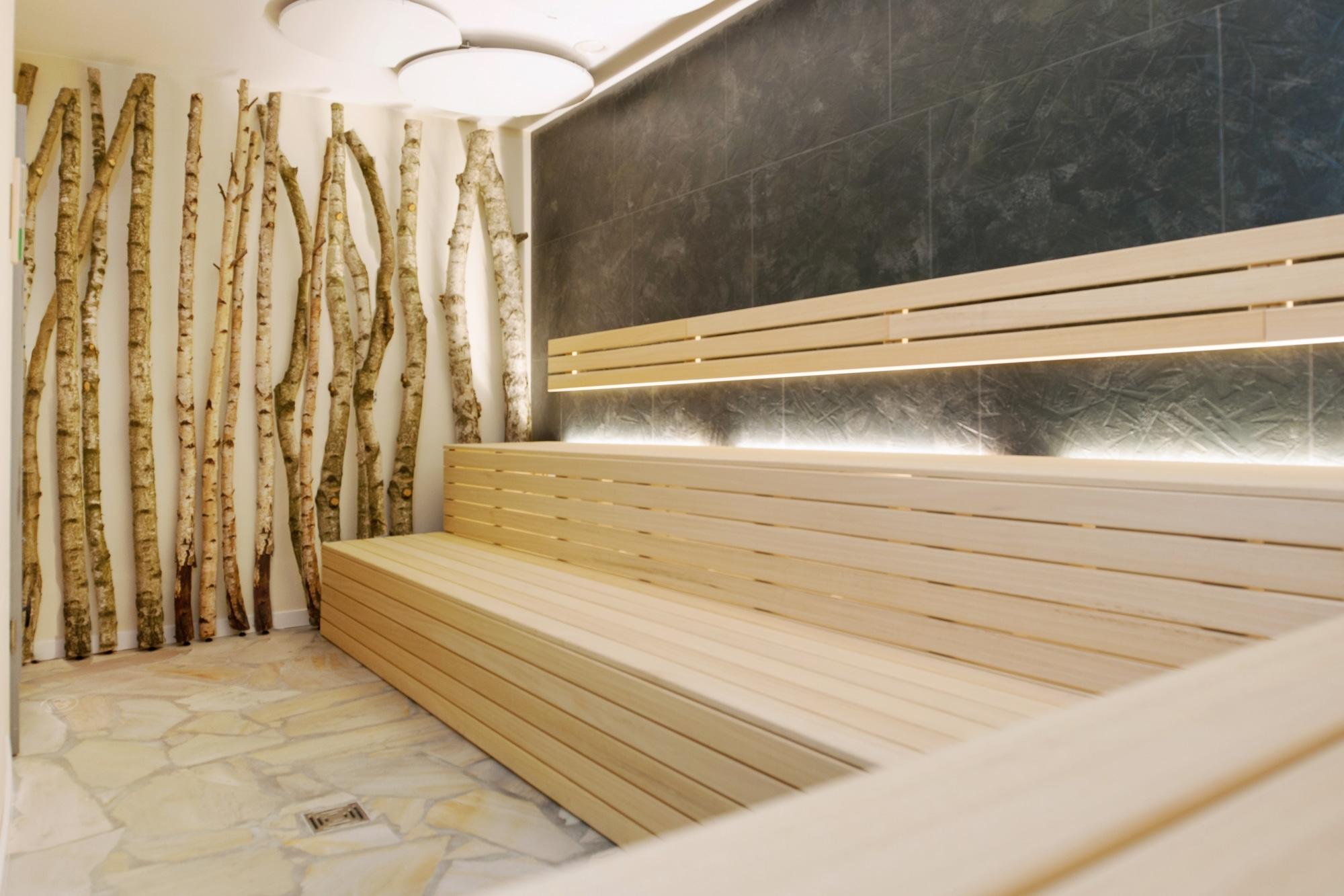 Deckenmontage von weißen Round-Heizungen in einer Yoga-Sauna