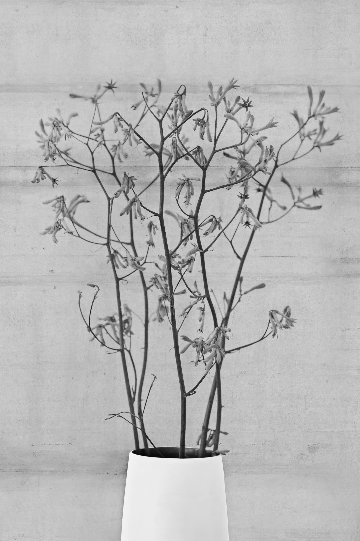 Eine Blumenvase mit Dekoblumen.