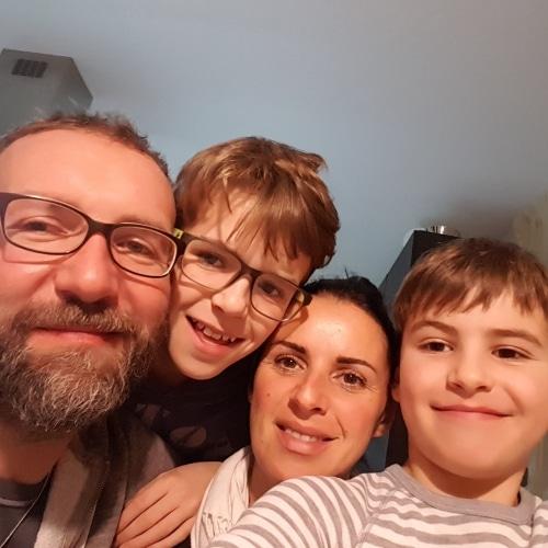 Eine 4-köpfige Familie ist glücklich über ihr neues Redwell Infrarotheizsystem im gesamten Hause.