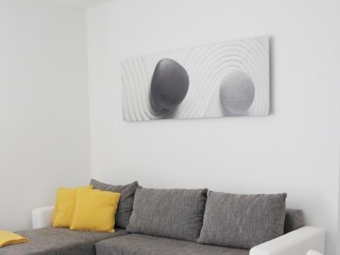 Redwell Bildheizung Stone im Wohnzimmer mit grauer Couch