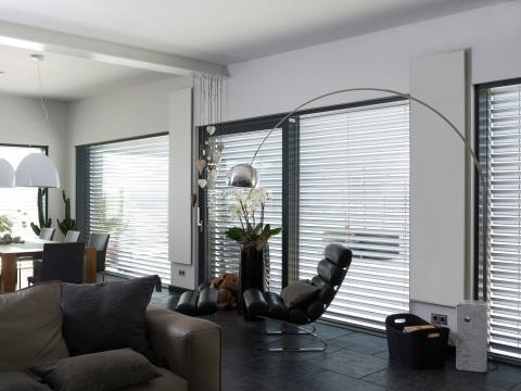Emailheizung in einem luxuriösen Penthouse mit stilvoller Einrichtung.