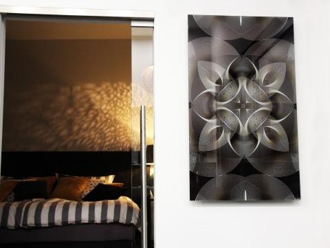 Gleichmäßiges schwarz-weißes Bildmotiv als Infrarot Glasheizung auf einer weißen Wand neben dem Eingang zum Schlafzimmer.