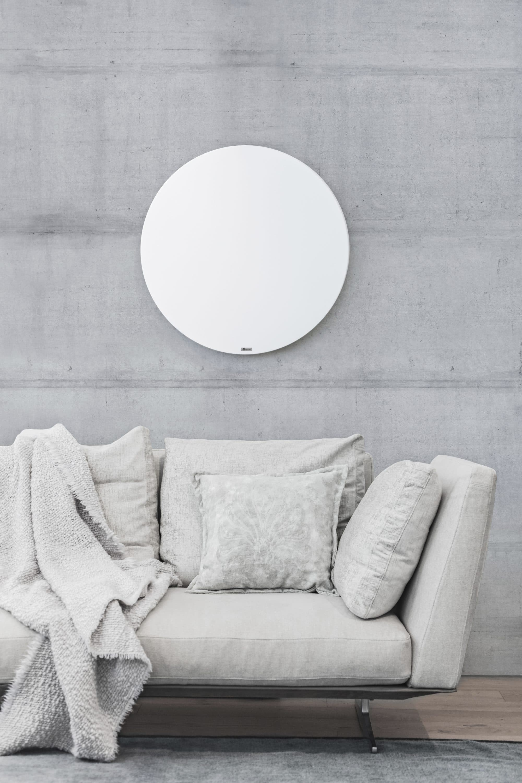 Round Infrarotheizung auf Betonwand im Wohnzimmer