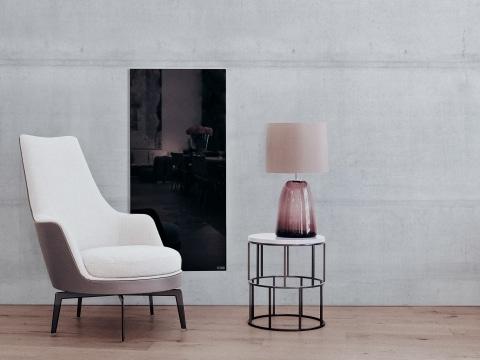 dunkle Tafelheizung an hellgrauer Walnd mit weißem Sessel und kleinem Tischchen