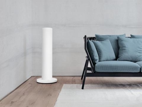 Standmodell Pipewave in weiß mit Betonwand in einem Wohnzimmer