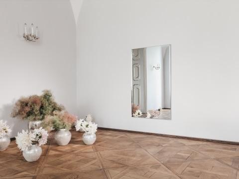 Die Spiegelheizung in einem großen Raum in einem Schloss mit schöner Blumendeko.