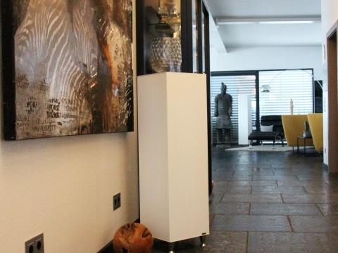 DerTower 1200 beheizt den Vorraum eines Penthouses mit moderner Einrichtung und der Tower 1600 steht im Hintergrund im Wohnbereich.