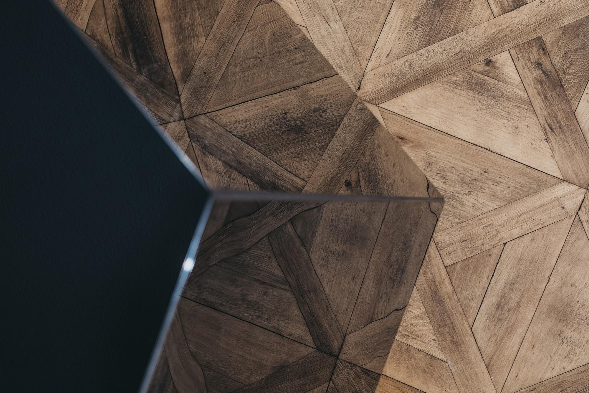 Detailfoto eines schwarzen Diamanten, als Infrarotheizung der Firma Redwell.