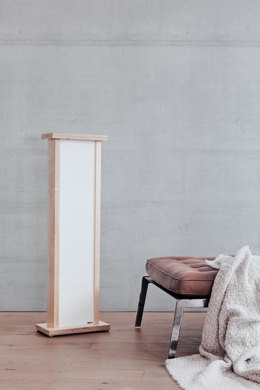 Die Redwell-Nr. 1 als Infrarotheizgerät in einem Raum mit einer Betonwand.