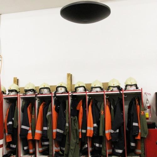 Die Infrarot-Deckenheizung Diskus trocknet die Anzüge der Feuerwehr Schreibersdorf.