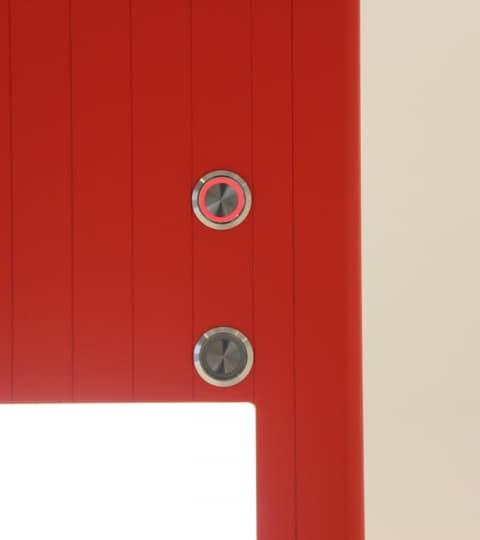 Detailansicht des Infrarotheizelements Tower 3IN1 inkl. Licht und Lautsprecher in rot.
