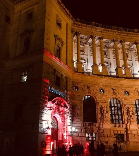 Die Wiener Hofburg bei Nacht.