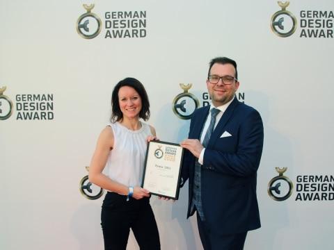 Susanne Pimperl und Michael Ringbauer nahmen für die Firma Redwell stellvertretend die Auszeichnung für den German Design Award entgegen.