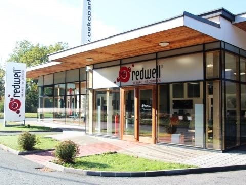 Der Redwell Store in Hartberg mit einer einladenden Fensterfront.